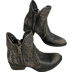CIRCLE G Distressed Laser Cut Western Booties 7.5